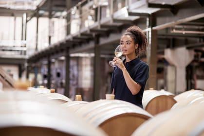 Winzerin beim Verkosten, südafrikanischer Wein