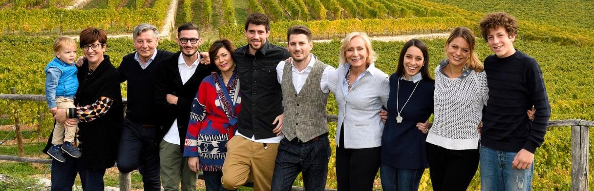 Die Familie Allegrini vor einem Weinberg