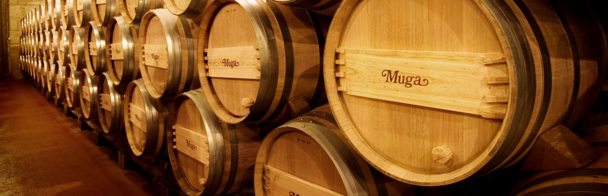 Blik op houten vaten in de wijnkelder van Bodegas Muga