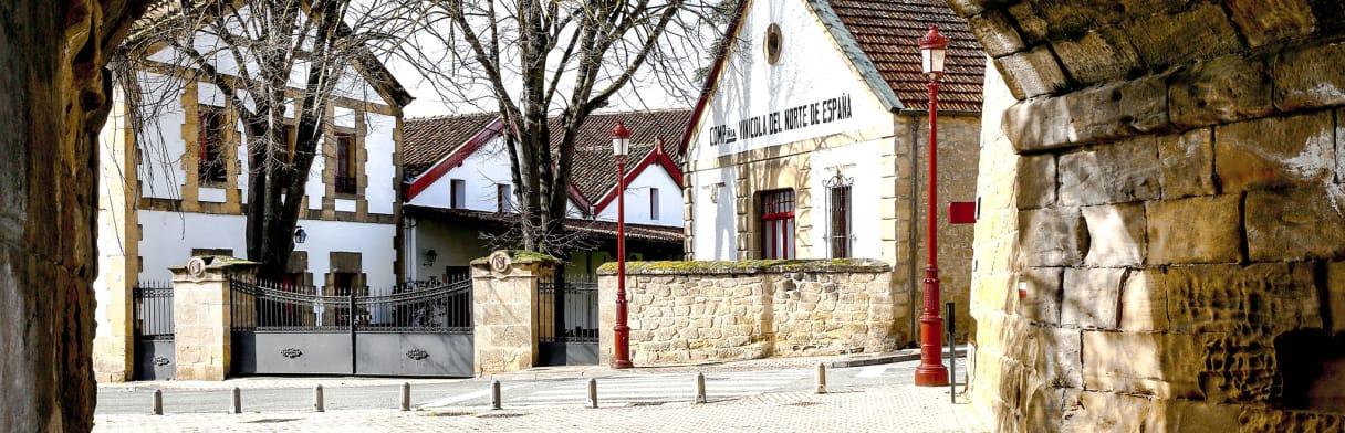 Bodegas Cune Weingut - Hofgebäude im Fachwerkstil
