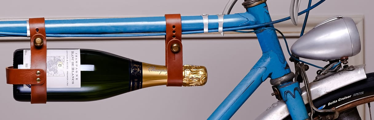Champagne D. Henriet-Bazin Champagnerflasche am Fahrrad befestigt