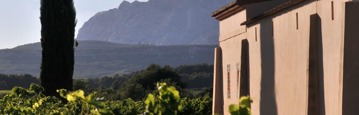 Mas de Cadenet Weingut mit Berglandschaft im Hintergrund