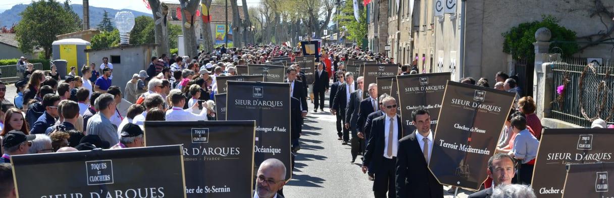 Les Vignerons du Sieur d'Arques - Prozession & Vorstellung der Genossenschaftsweingüter mit mittelalterlichen Flaggen