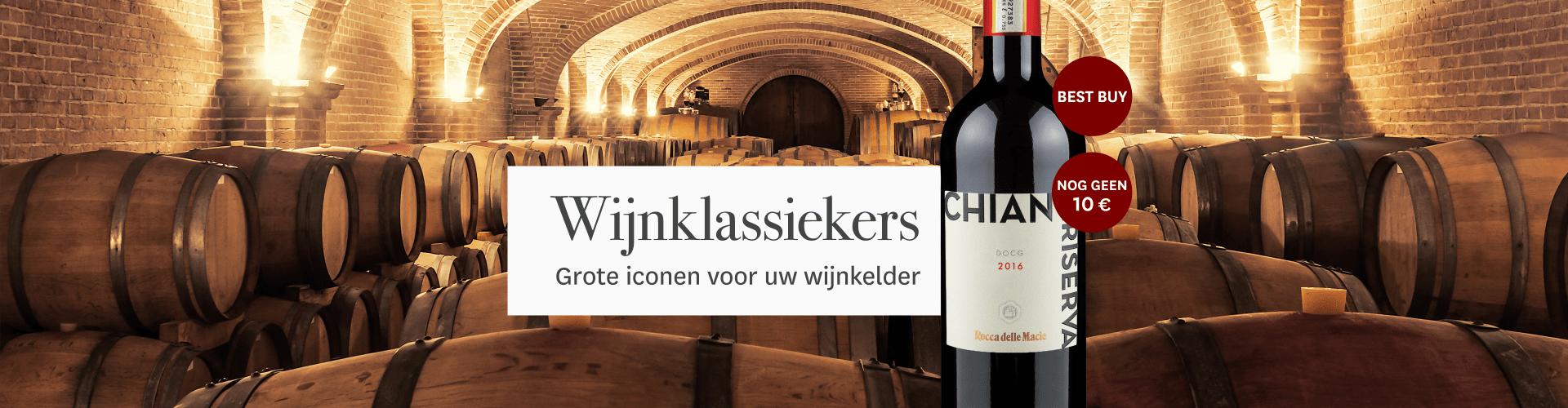 Actuele wijnklassieker met op de achtergrond houten vaten in een wijnkelder