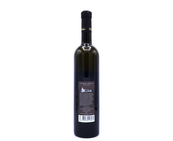 Meandar Portus is een cuvee wijn uit Kroatië bestaande uit Chardonnay, grasevina en Rhein Riesling, achterkant van de fles