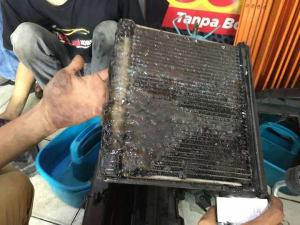 AC Mobil panas dan bau asem akibat evaporator kotor