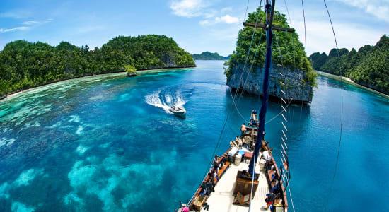 indonesia raja ampat ship view mast zodiac