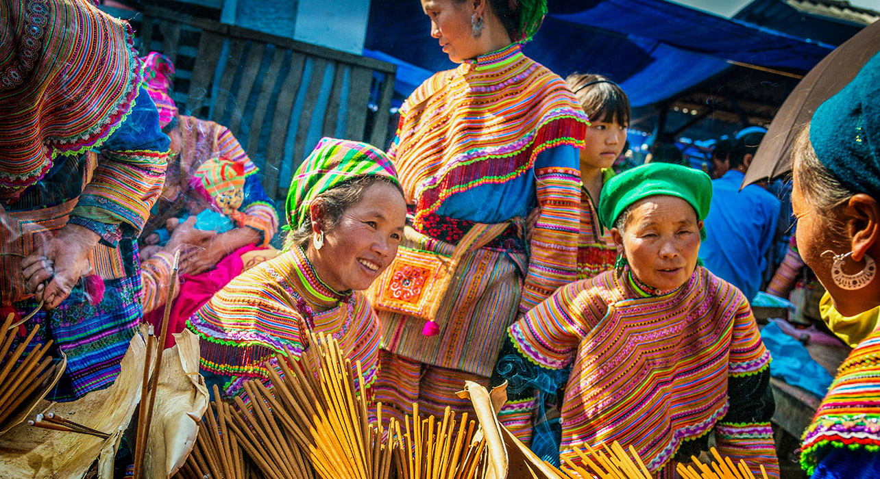 hmong women market traditional clothing