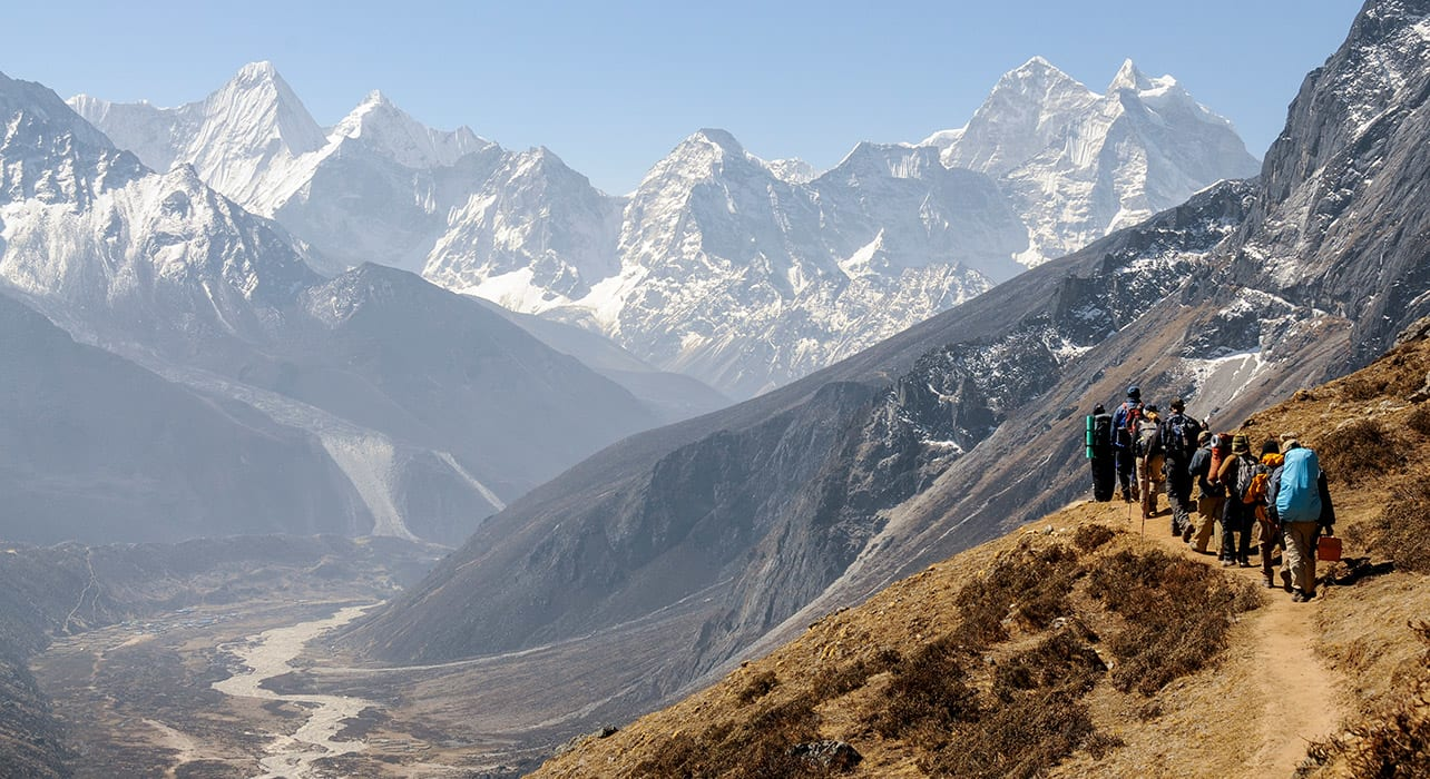 everest trek hikers valley mountain range