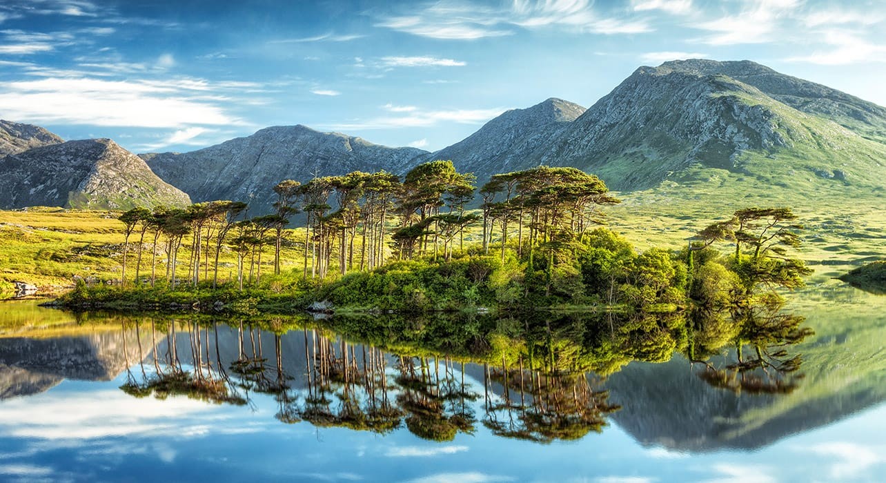 ireland derryclare lough connemara mountains reflection