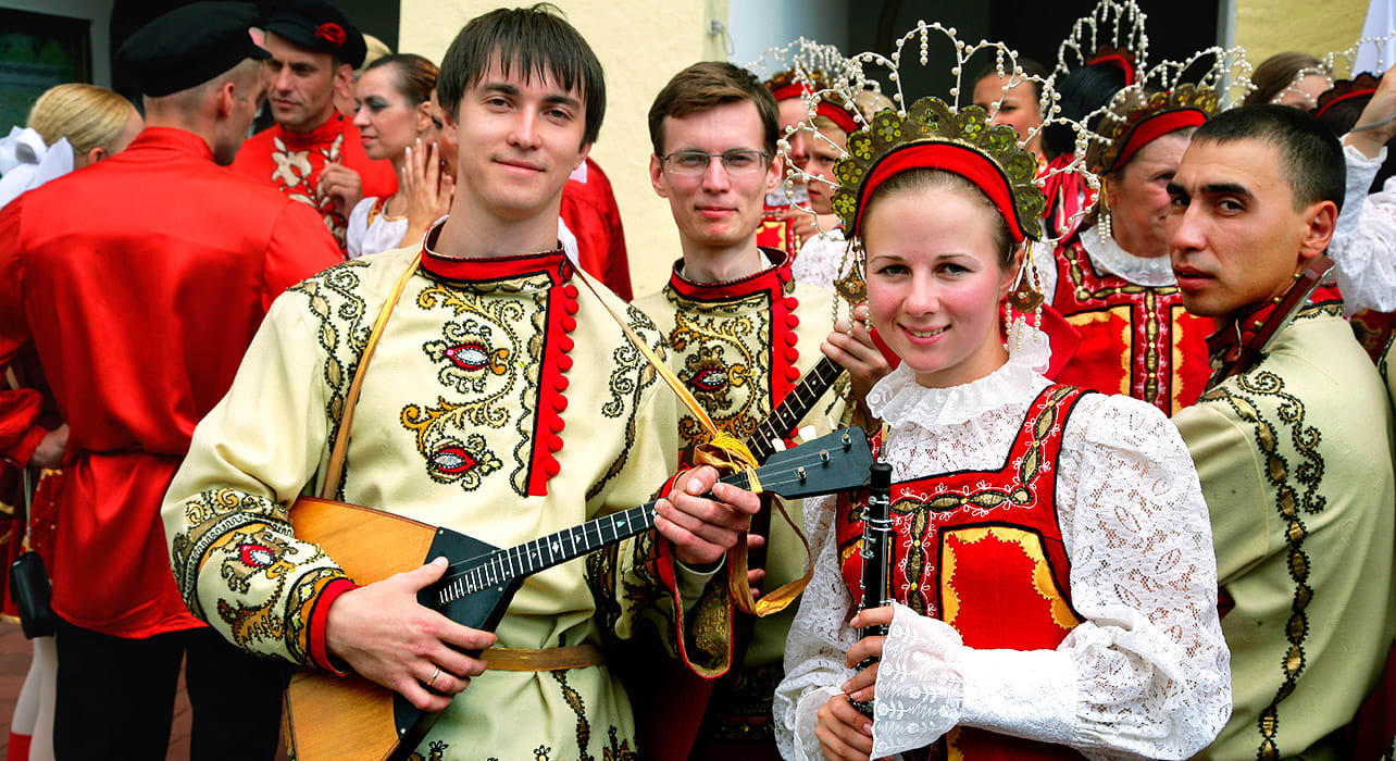 3 slide russia traditional costumes musicians pano
