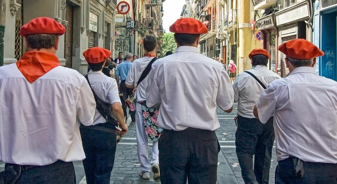 gaiteros en san fermin basque march music