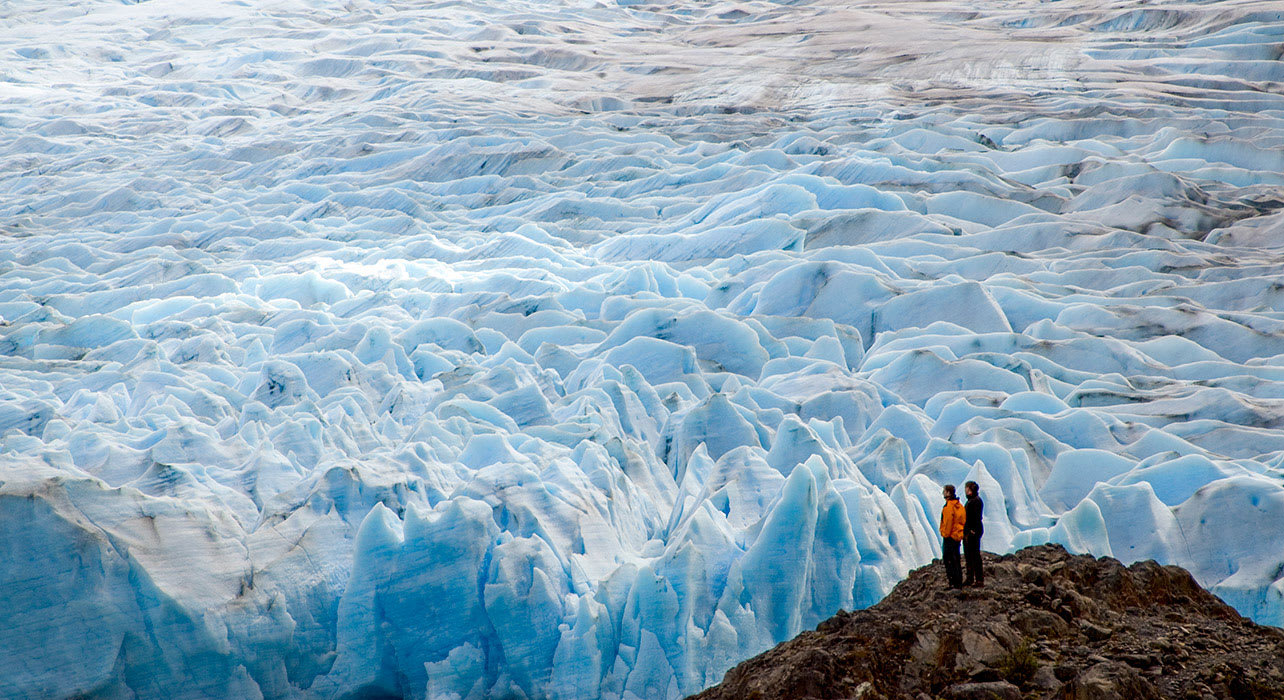 4 slide couple viewing glacier pano