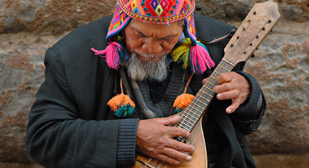peru cusco man playing music