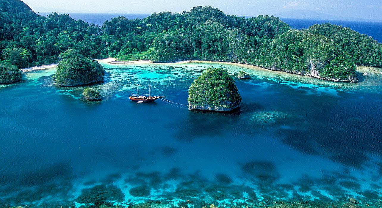 indonesia raja ampat sail boat