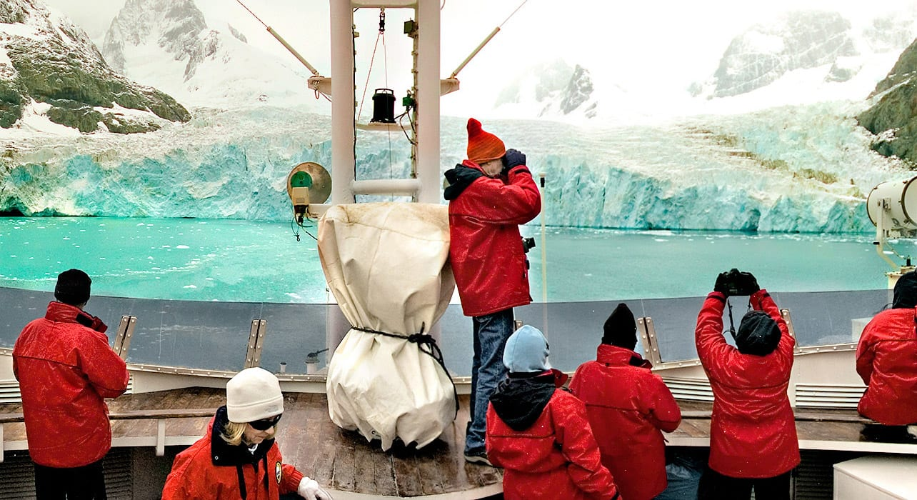 antarctica iceberg viewing ship passengers