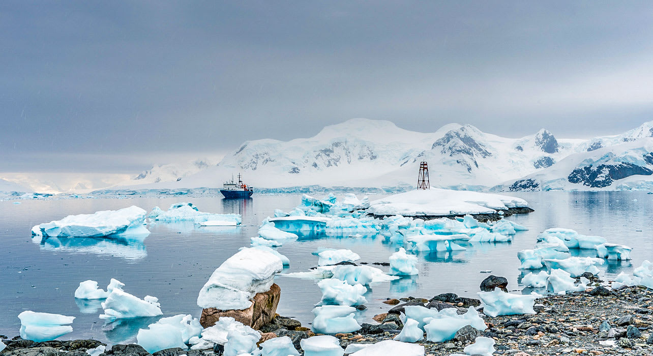 weddell sea antarctica ship icebergs