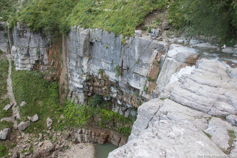 Вид вниз с обрыва второго водопада
