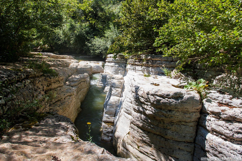 Кинчха и речка, куда впадает водопад