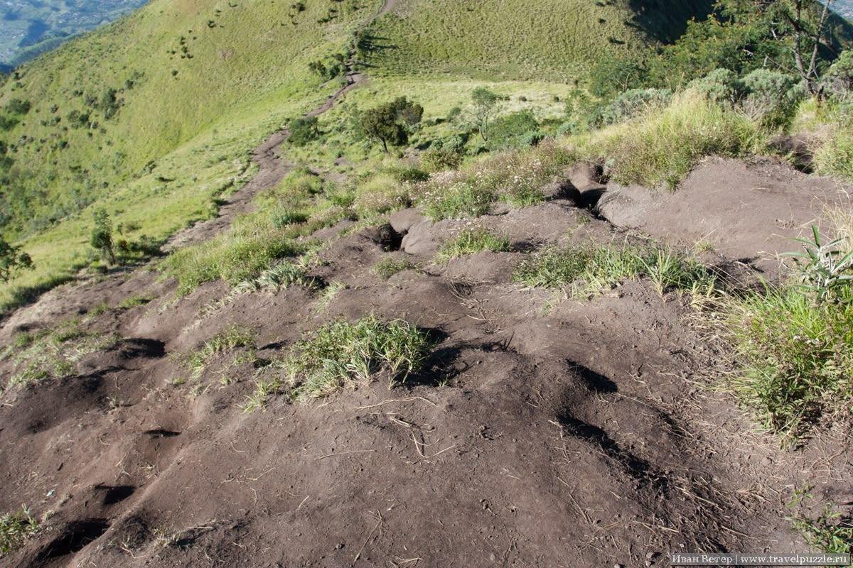 Сыпучая земля на тропе вулкана