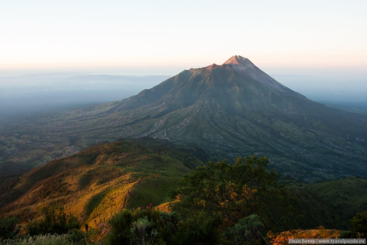 Рассвет и вулкан Мерапи
