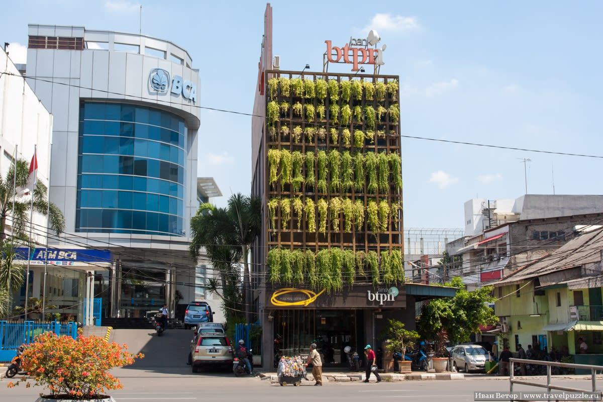 Попадаются довольно приятно оформленные дома. Напоминает что-то из Бангкока.