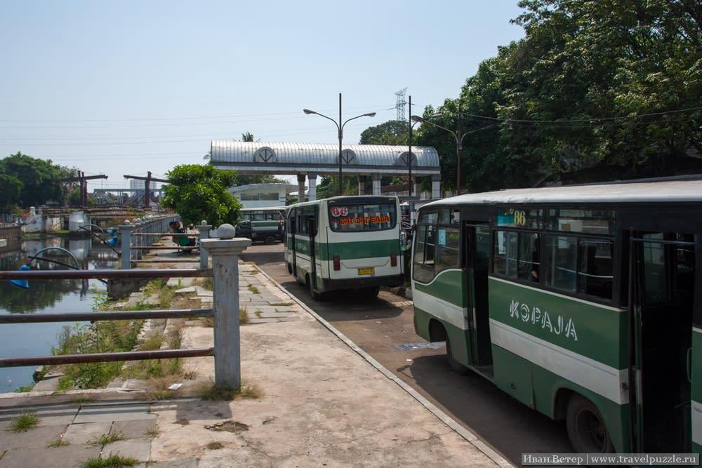 Конечная автобусов в районе Джакарты Коты