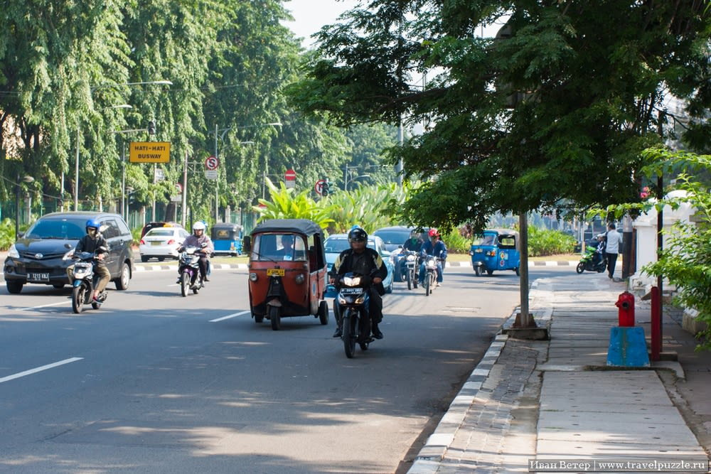 Тук-тук на улице Джакарты