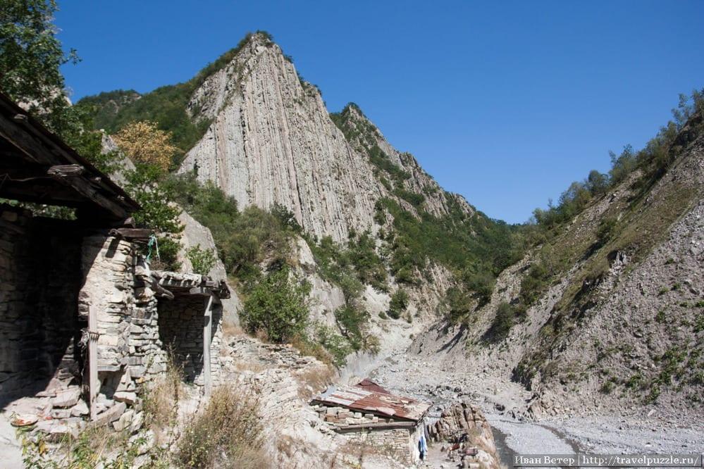 Вид на поселение. В одном из таких домиков стоит каменная купальня.