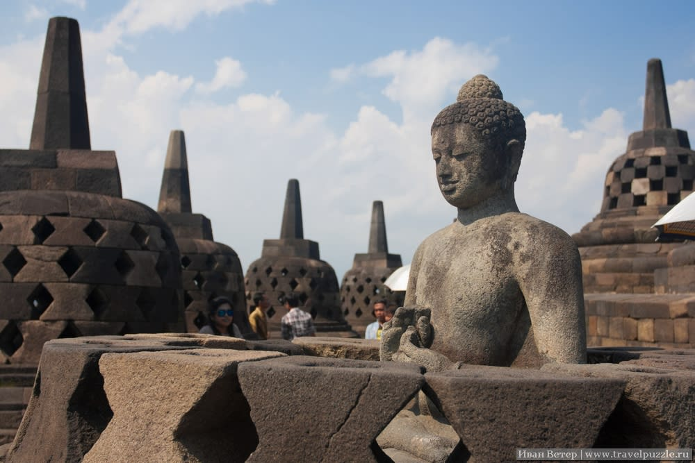 Внутри - восхитительные скульптуры, пережившие уже более тысячелетия, причём всё последние века - при господстве другой религии.