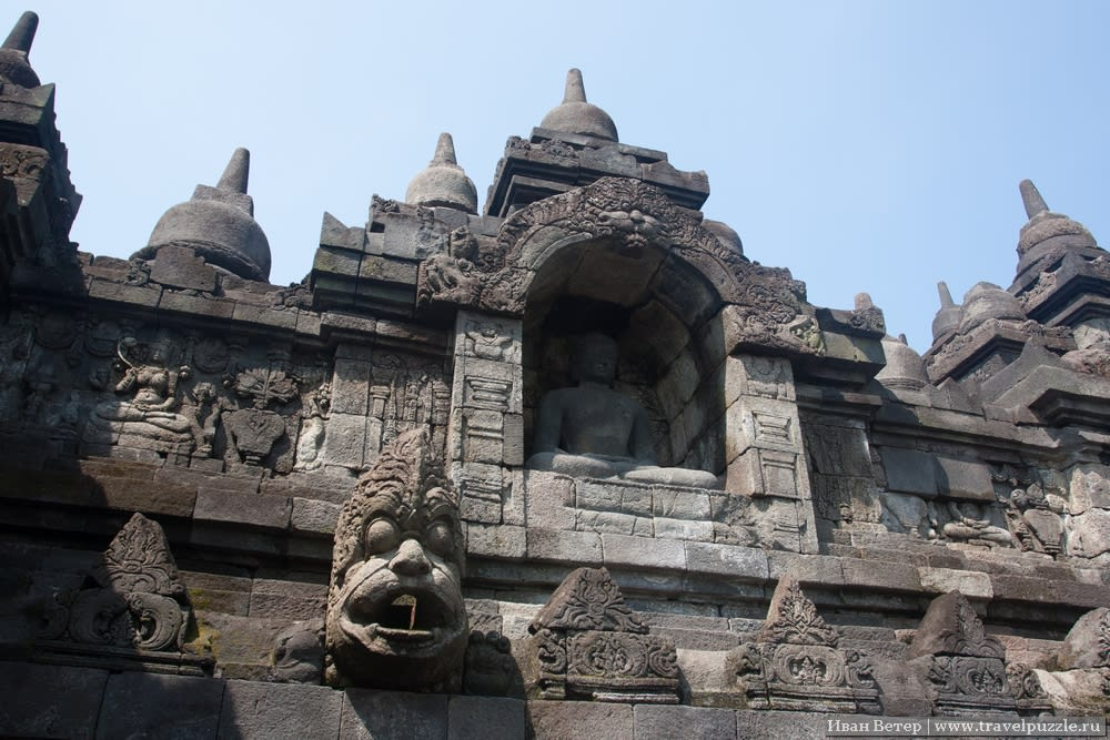 Композиции, которые то и дело встречаются на разных ярусах, сами по себе могли бы быть основным элементом какого-нибудь храма.