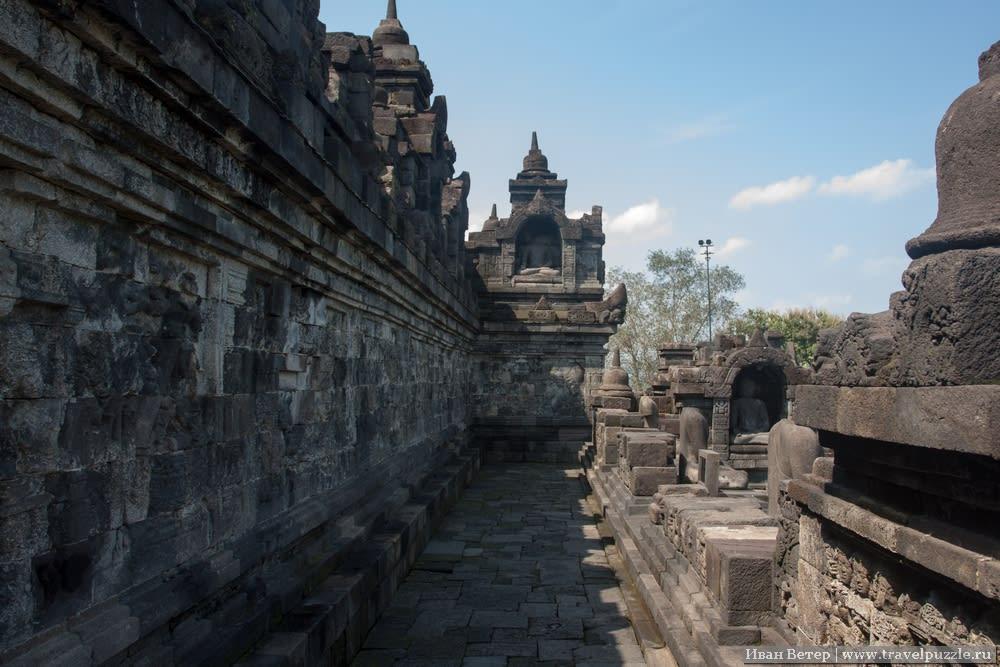 Статуи Будды на Боробудуре в Индонезии