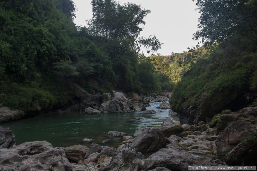 Ущелье вблизи и вода красивого цвета