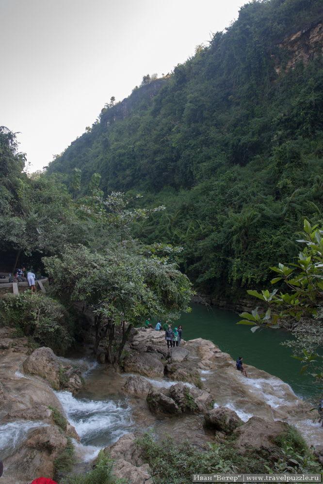 """После падения водопад растекается по камням, образуя широкую площадку с """"порогами"""", по которым здорово гулять"""