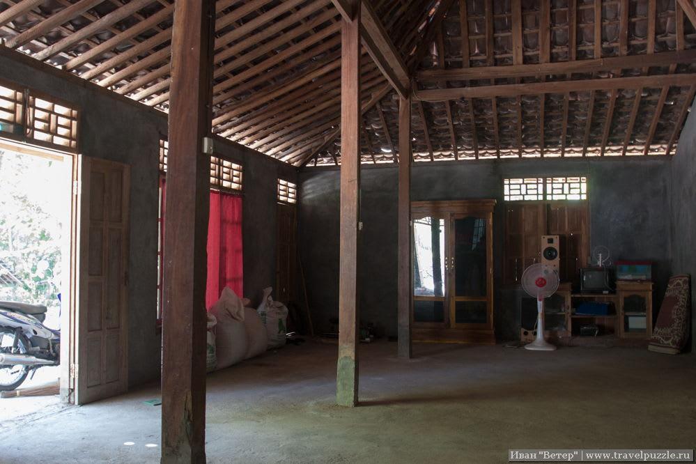 Веранда индонезийского деревенского дома изнутри.