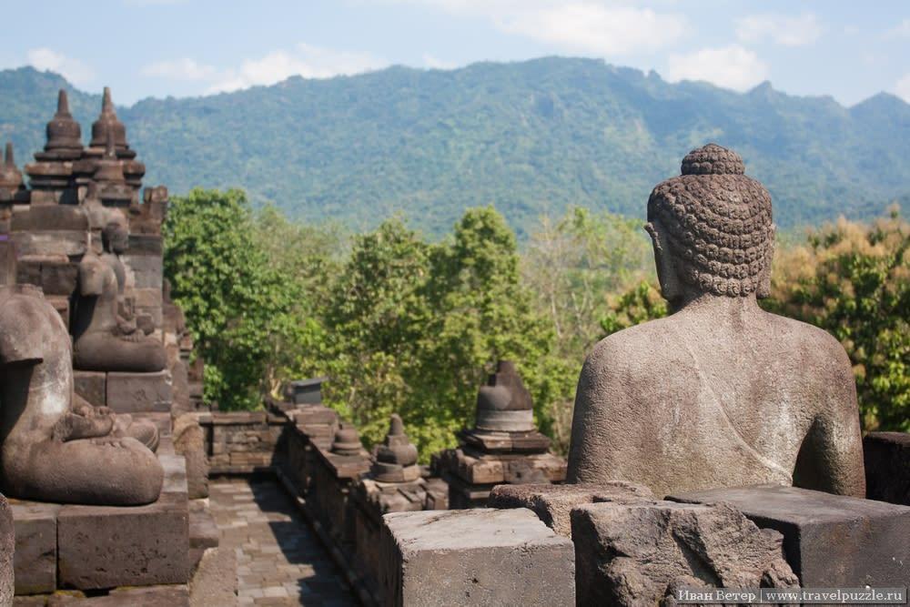 Боробудур. Скульптура Будды, обращённая к горам