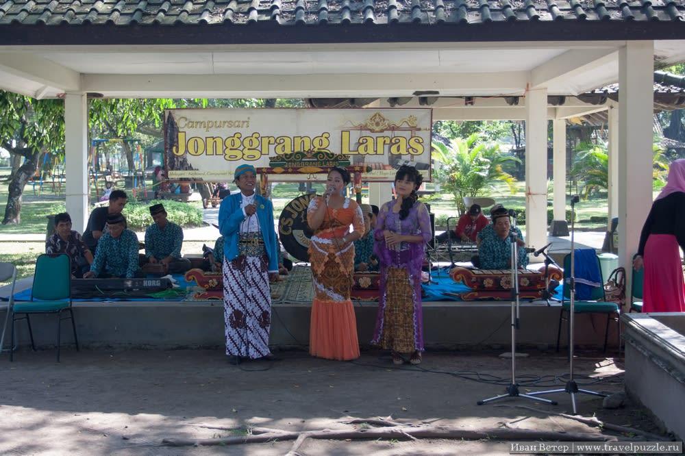 Где-то можно отдохнуть в тишине, а где-то играют разнообразные ансамбли. Туристов развлекают множеством аттракционов.