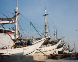 Деревянные корабли в порту Sunda