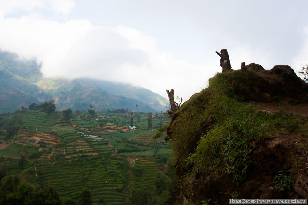 Виды плато Диенг. К вопросам безопасности индонезийцы относятся философски, не утруждая себя постройкой смотрвых с защитными поручнями. Место от этого только выигрывает, но любая тропа на высоте требует внимания.