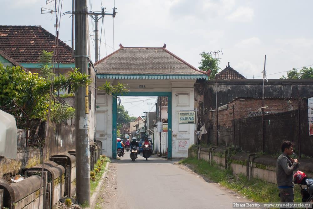 Суракарта. Основательная арка ворот.