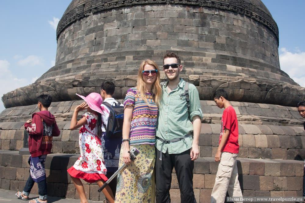 На фоне скульптур и изображений Будды у буддистов сниматься считается неприлично. Но почему бы не сфотографироваться на фоне основной ступы?