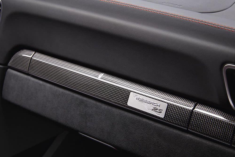 In der Weissach-Variante reduziert sich das Gewicht des GT2 RS um weitere 30 Kilo und es gibt noch mehr Carbon, CFK und Magnesium sowie spezielle Embleme und einen exklusiveren Innenraum.