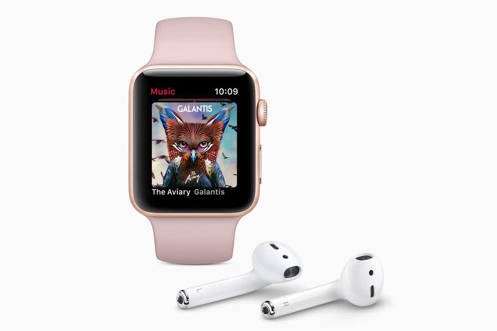 Die neue Apple Watch lässt sich mit den AirPods wieder kabellos verbinden. Über LTE stehen via Apple Music jetzt außerdem 40 Millionen Songs unterwegs zur Verfügung.