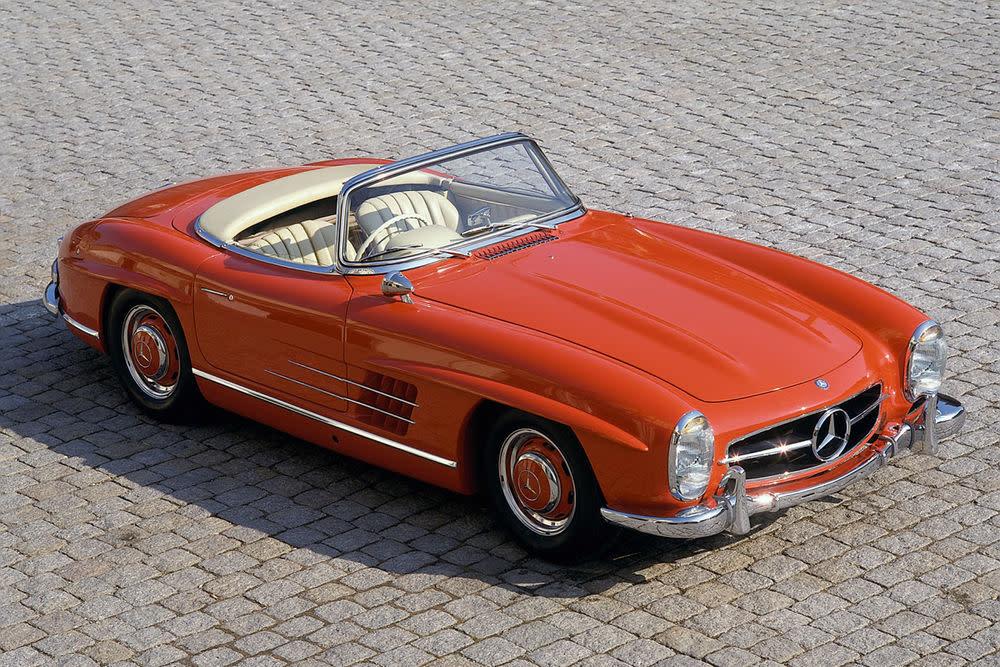"""Die interne Bezeichung lautetMercedes-Benz W 198. Aber als 300 SL ging er in die Geschichte ein. Das steht für 10 Prozent des gesamten Hubraums und natürlich den Adelstitel:""""Sport Leicht"""". So rollte er ab 1954 in Serie vom Band, zuerst als Flügeltürer und ab 1957 erfolgreich auch als Roadster."""