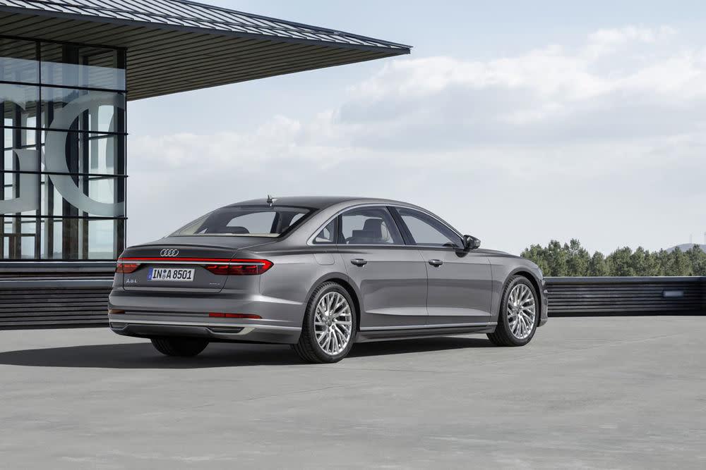 Noch mehr Luxus bietet der Audi A8 L. Die Version kommt mit 13 Zentimeter längerem Radstand.