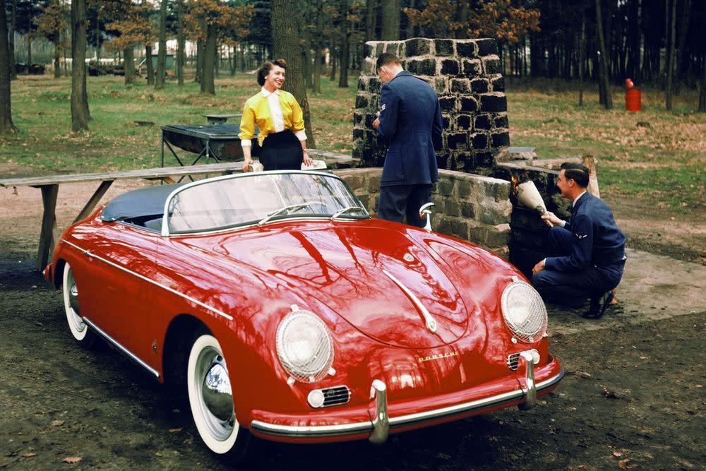 Man sieht ihm seine Verwandtschaft zum Käfer noch an. Kein Wunder, stammen beide doch aus der gleichen Familie. Basis des PrototypenPorsche 356 Nr. 1 Roadsters war ein VW Käfer. Abgesehen davon, dass der 356 aus der Feder Ferry Porsches stammt, Sohn von Ferdinand Porsche. Und der zeichnete sich für den Käfer verantwortlich.