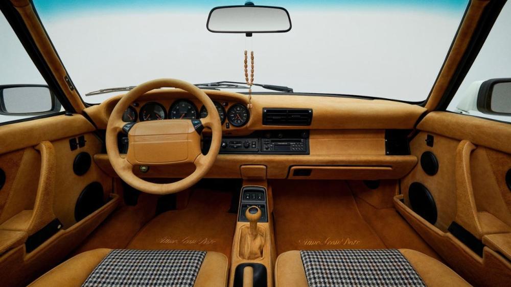 Porsche x Teddy Santis: Autobauer und Modedesigner haben 911 Carrera 4 restauriert