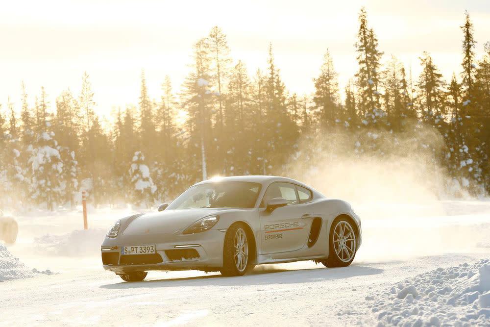 In den Fahrprogrammen der Porsche Experience der lernt man, richtig anbremsen, den Unterschied zwischen Über- und Untersteuern zu erkennen und wie man den Porsche jederzeit im Griff hat.