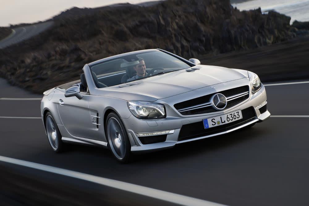 Stilvoll den Wind schneiden. Mercedes feiert in diesem Jahr den 60. Geburtstag des SL. Gleichzeitig wurde auch die sechste Generation des Zweisitzers vorgestellt. Die Daimler-Tochter AMG zeigte auf dem Autosalon in Genf das neue Cabriolet, den SL 63 AMG. Mit einem 5,5 Liter großen Biturbo-V8, Leistung: 537 PS.Startpreis für den SL 63 AMG: 157.675 Euro