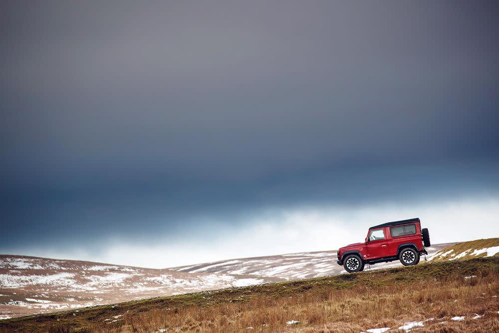 Zum 70. Markengeburtstag entlässt Land Rover aber noch einmal eine Kleinauflage der ursprünglichen Allrad-Ikone ins hügelige Terrain.